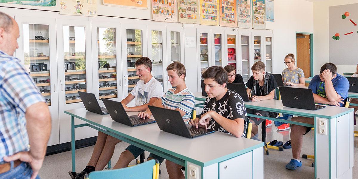 Schüler arbeiten am Laptop