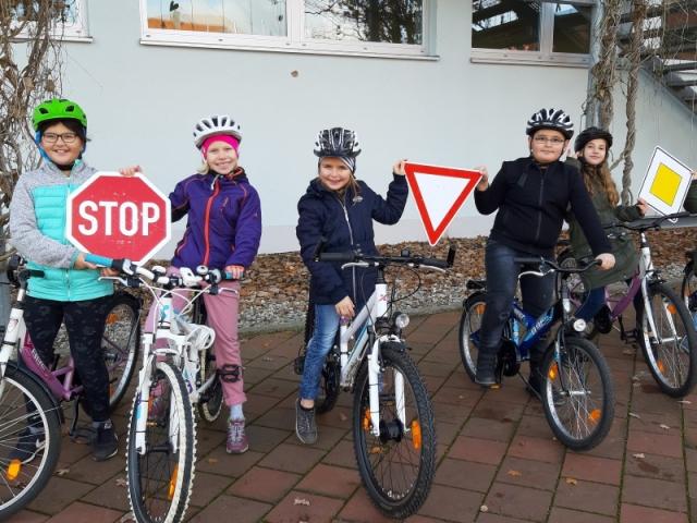 Anhand realisticher Verkehrszeichen lernen die Schüler wichtige Regeln der Straßenverkehrsordnung.